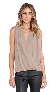 Alice + Olivia Lilah Cross Over Blouse en Metallic Taupe