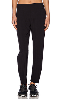 alo Ravine Slim Trackie in Black