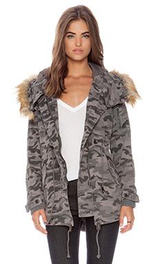 Capulet Vegan Fur Hooded Parka en Grey Camouflage