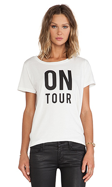 Essentiel Houpiepre On Tour Groupie T-Shirt en Blanc