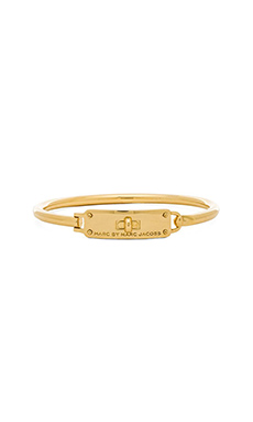 Marc by Marc Jacobs Turnlock Hinge Cuff Bracelet in Oro