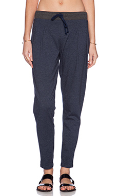 SOLOW Slim Slouch Pleat Pant in Navy