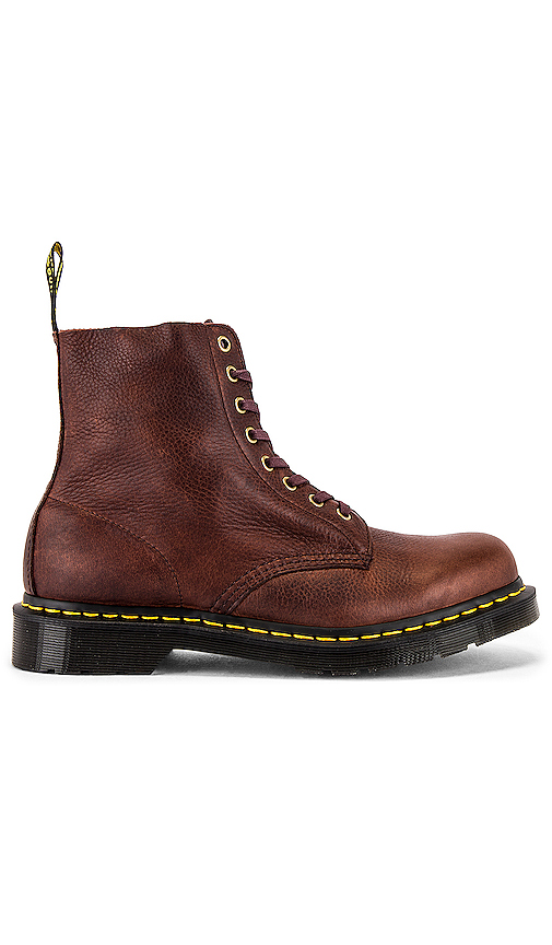 Dr. Martens 1460 PASCAL ブーツ in Brown.
