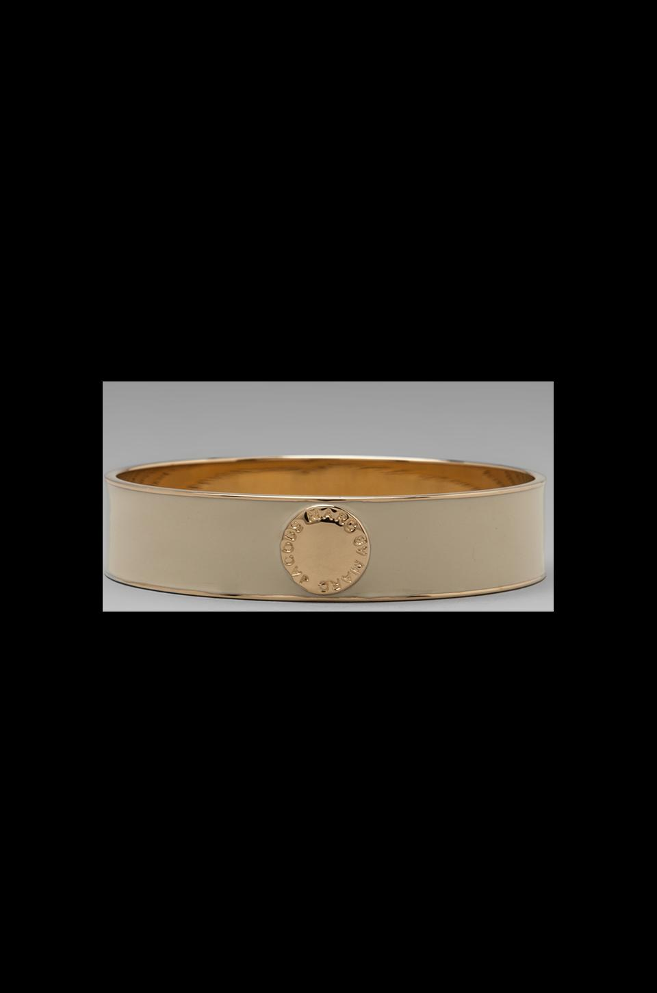 Marc by Marc Jacobs Classic Marc Enamel Disc Bangle in Cream (Oro)